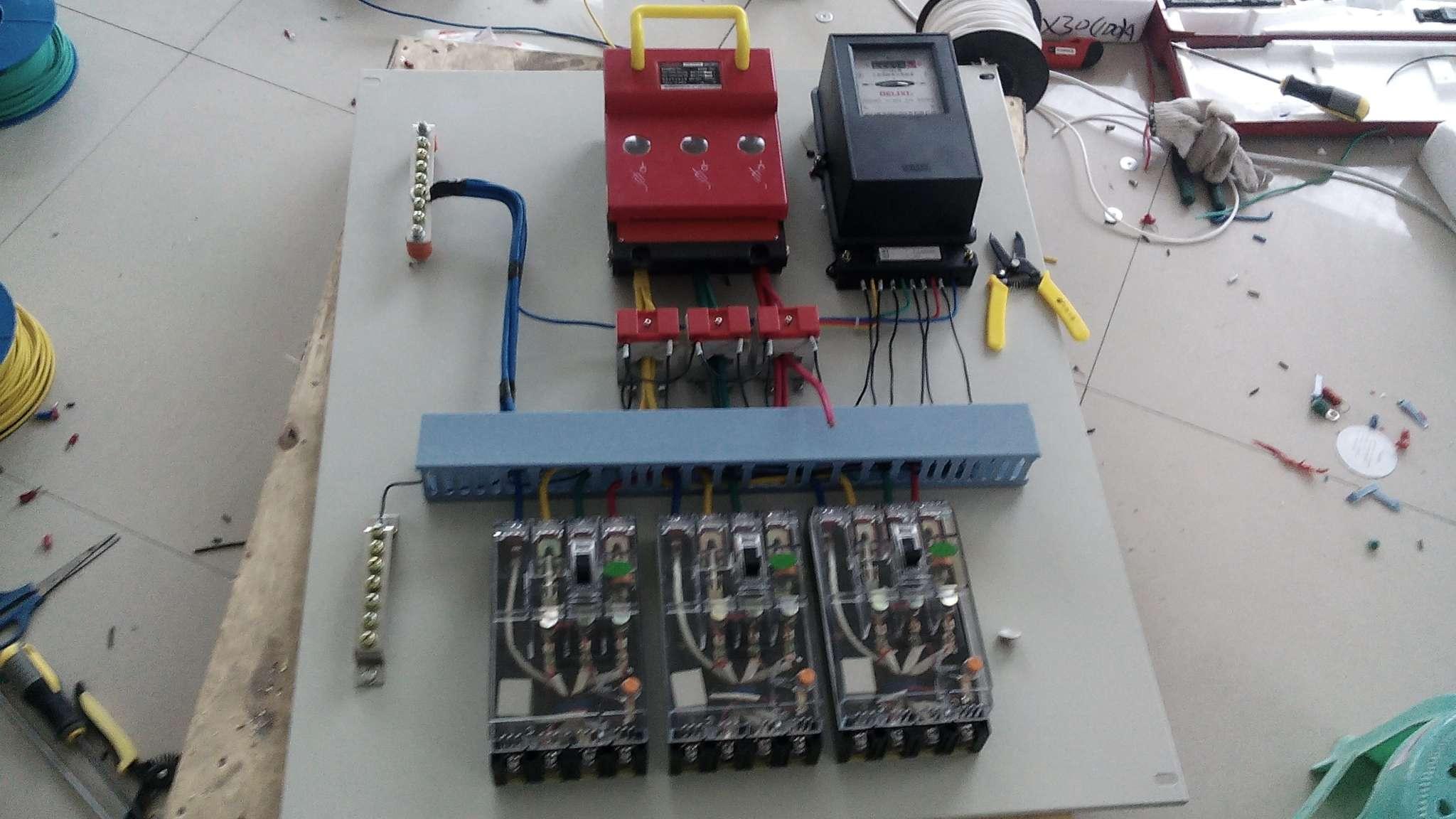 建筑工地用配电箱接线照片